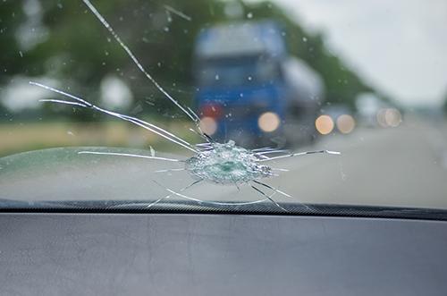 Bild von einem Steinschlag aus Sicht des Fahrers